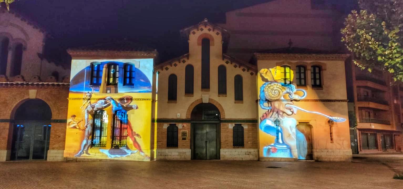 Proyecciones en la fachada de la Oficina de Turismo